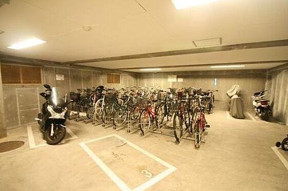 マンション(建物一部)-神戸市北区松が枝町3丁目 駐輪スペースは明るい印象