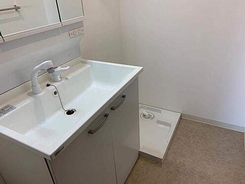 中古マンション-豊田市生駒町大坪 朝の準備がはかどる三面鏡の洗面台です。洗剤やその他水周りで使用する日用品のストックもしっかりできます♪