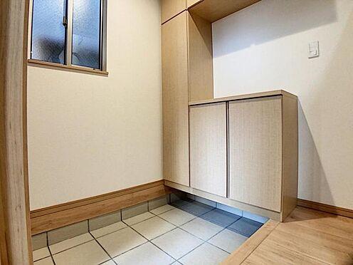 新築一戸建て-名古屋市天白区野並1丁目 下足入れ付の玄関♪窓も付いているので換気も◎