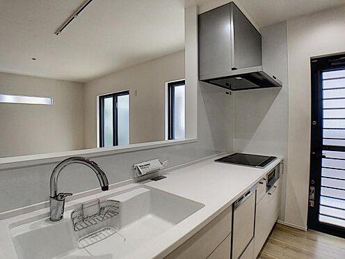 戸建賃貸-一宮市貴船1丁目 タッチレス水栓、人造大理石一体型シンク採用でより快適なキッチン。家事の時短に食洗機付き。