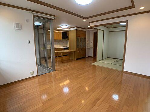 中古マンション-みよし市三好丘5丁目 和室も合わせると、約21.7帖の広々空間に!お子様ものびのびと遊んでいただける広さです。