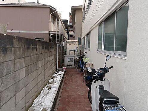 中古マンション-八王子市南新町 お部屋につながる通路。敷地内の邪魔にならないところに自転車等駐輪可能です