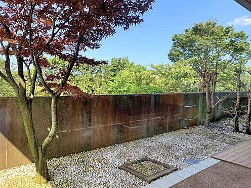 中古マンション-伊東市富戸 ≪庭≫ 所在階が1階の為、外には庭スパースがあります。
