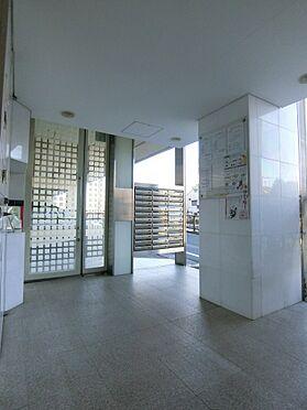 中古マンション-世田谷区代田4丁目 白を基調としたエントランスでございます。