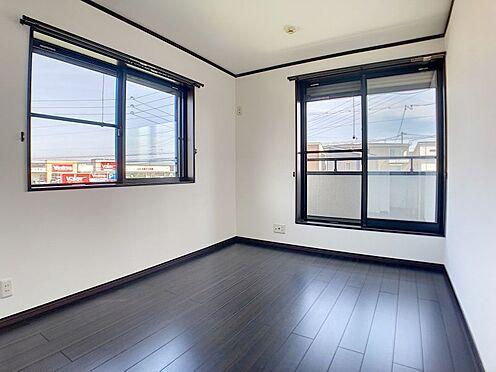 戸建賃貸-一宮市伝法寺3丁目 南に面したベランダへの出入りもでき、明るい洋室です。