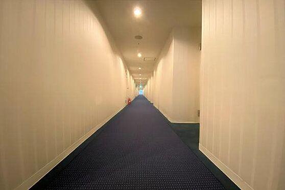 リゾートマンション-熱海市上多賀 廊下:ホテルのような内廊下のため、冬でも風に当たらず大浴場へ行けます。廊下の状態も汚れなどなく良好。
