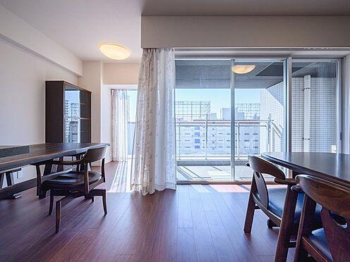 中古マンション-品川区勝島1丁目 【Living room】バルコニーに面した明るく開放的な開口が、空間にゆとりをもたらします。