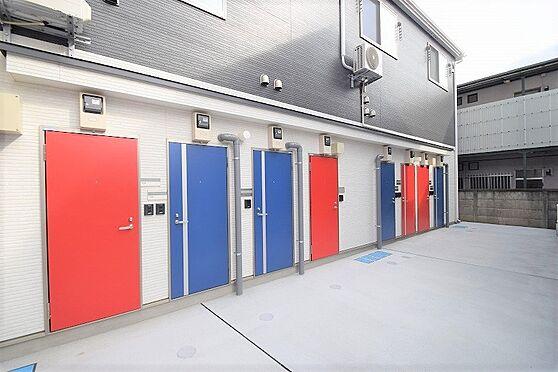 アパート-調布市国領町5丁目 デザイン性の高い色鮮やかな玄関扉