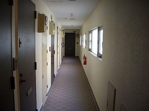 マンション(建物一部)-三鷹市下連雀3丁目 共用廊下の様子。綺麗に清掃が行き届いております
