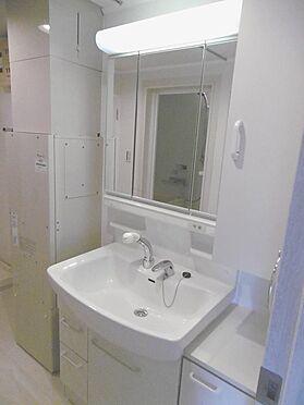 中古マンション-多摩市貝取3丁目 洗面化粧台。給湯器は洗面室に設置しています。