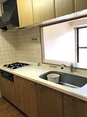 中古マンション-桜井市大字谷 吊戸棚があり、納得の収納力!3口コンロでお料理がはかどります。