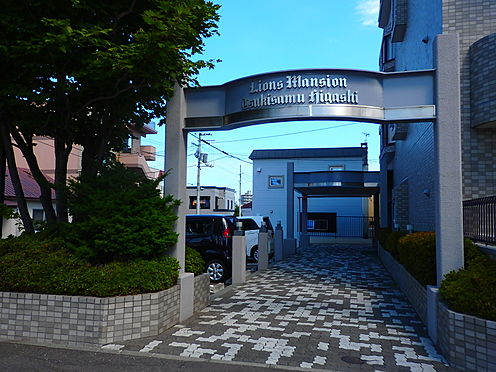 中古マンション-札幌市豊平区月寒東三条3丁目 南西から見たエントランスアプローチ