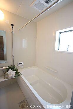 戸建賃貸-磯城郡田原本町大字阪手 1坪サイズのゆったりした浴室で足を伸ばしておくつろぎ下さい。浴室乾燥機付きで雨の日のお洗濯も安心です。