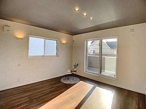 新築一戸建て-西尾市住崎2丁目 南面バルコニーに面した洋室。採光・通風に優れた心地よい空間です。
