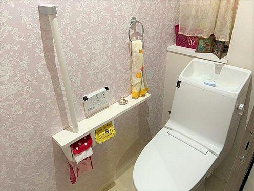 中古マンション-小牧市小牧3丁目 おしゃれなクロスが印象的なトイレ。ウォレット機能付きです。