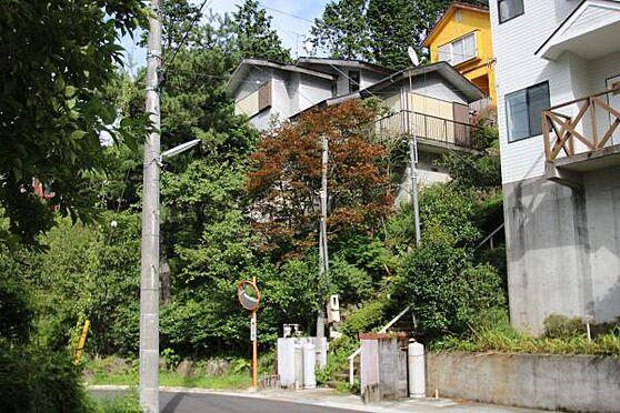 中古一戸建て-伊豆の国市奈古谷 景色を見るために基礎を上げ、階段で建物に行くようになっています。