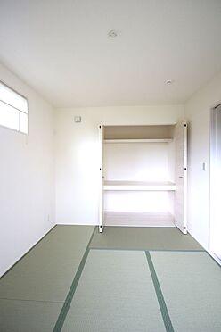 戸建賃貸-大和高田市大字吉井 クローゼットタイプの押入れはふすま貼替の手間も無く、お手入れ楽々です。寝室や客間として大変便利にご利用頂けます。