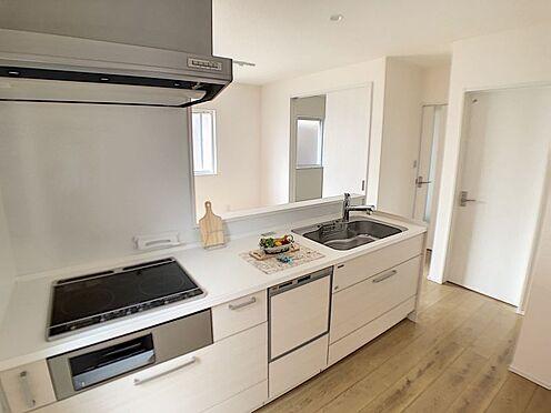 新築一戸建て-西尾市伊藤2丁目 食洗器付きで毎日の食器洗いが楽になり、冬場の手荒れや長時間立ちっぱなしによる疲れを軽減します。
