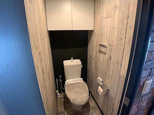 中古マンション-豊田市小坂町1丁目 棚のあるトイレは掃除用品やトイレ備品を隠しておけるのでありがたいですね。