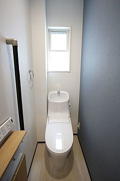 戸建賃貸-桜井市大字橋本 2か所のトイレは朝の混雑緩和に活躍します。1・2階共に温水洗浄便座を完備しております。
