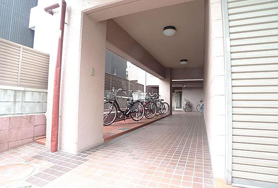 マンション(建物一部)-川崎市川崎区宮本町 エントランスアプローチと駐輪場