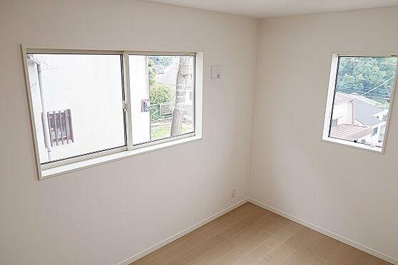 戸建賃貸-多摩市聖ヶ丘3丁目 2階南側洋室約6帖、陽射しがたっぷりと入ります。