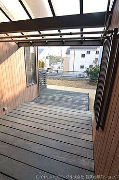 中古一戸建て-稲城市坂浜 約9帖分のウッドデッキで一部屋根もあります。