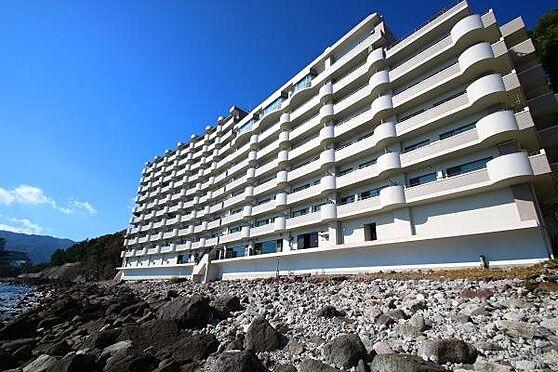 リゾートマンション-熱海市上多賀 外観:シーサイドフロントのマンションが建ち並ぶ一角。マンションB1から海岸へ出入りが可能です。