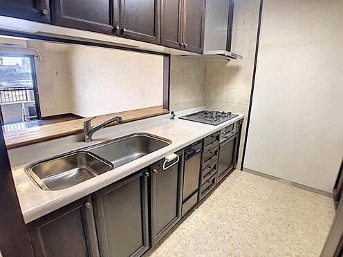 区分マンション-豊田市下市場町8丁目 リビングの扉のすぐ近くに水周りが揃っていますので、お料理しながら洗濯機を回しに行ったり、スムーズに家事が行えます◎