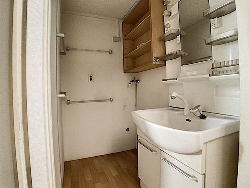 中古テラスハウス-名古屋市中川区中郷3丁目 洗面所には収納もございます!
