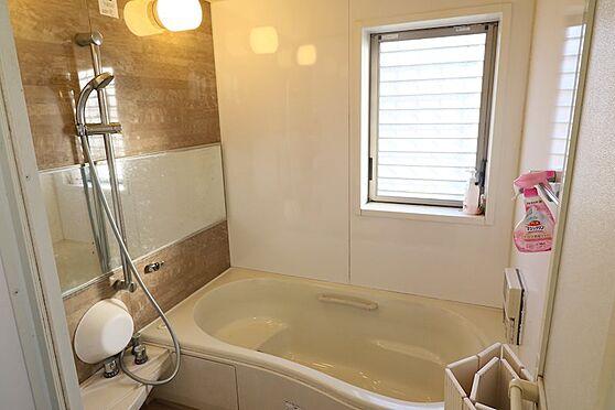 中古一戸建て-八王子市鑓水 1717サイズの窓が有る明るい浴室です。