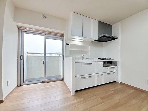 区分マンション-多摩市落合3丁目 キッチンも新品♪キッチン横に大きな窓、バルコニーがあります!