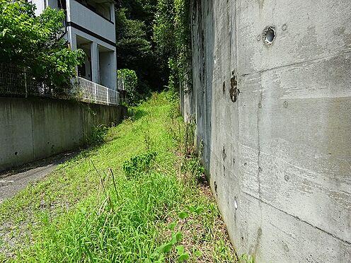 アパート-宇都宮市山本3丁目 該当地右側は擁壁です。