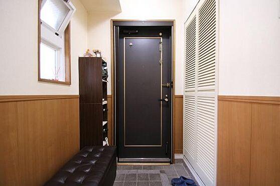 中古マンション-田方郡函南町平井 玄関にも窓があり、全体的に明るく風通しも良く、マンションらしからぬ室内です。