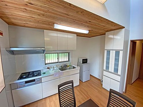 中古一戸建て-伊東市富戸大室高原 シンプルなシステムキッチンです。収納スペースもございます。