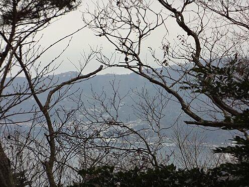 土地-熱海市上多賀 当物件の並びの西側隣地から撮影したズーム写真です。網代湾をご覧いただけます。