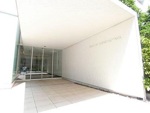 中古マンション-品川区荏原3丁目 白を基調としたエントランスアプローチ