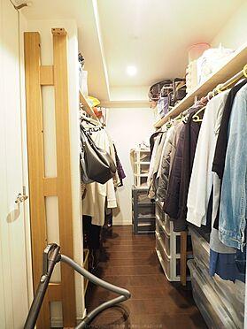 中古マンション-浦安市東野2丁目 2.7帖のビッグウォークインクローゼット。主寝室と廊下から出入りできます。