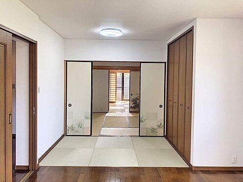 戸建賃貸-西尾市下羽角町郷内 タタミコーナーから8帖・6帖の和室が連なっています。