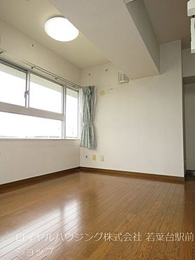 中古マンション-稲城市長峰3丁目 リビング部分から独立させ、メリハリのある生活スタイルを実現するダイニングスペースです。