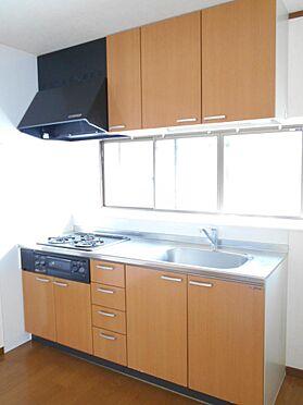 アパート-呉市汐見町 調理道具もしっかり収納できるシステムキッチンです。