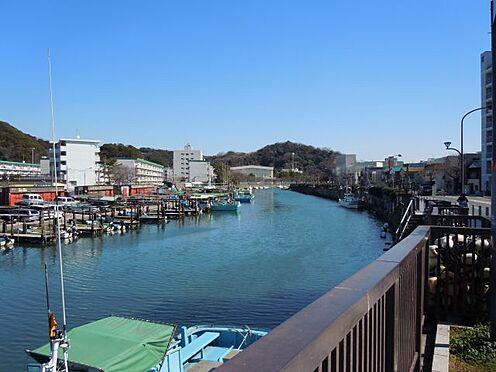 中古マンション-横須賀市久里浜5丁目 道路の向かいを平作川が流れている、気持ちの良い立地です
