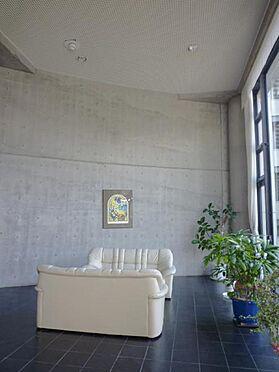 中古マンション-熱海市伊豆山 フロントロビーの天井が高く開放感溢れる贅沢な空間です。