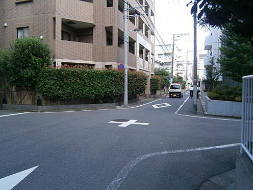 マンション(建物一部)-文京区千石4丁目 幅員6m公道に面した角地です。