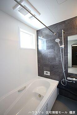 戸建賃貸-橿原市曲川町4丁目 半身浴もゆっくり楽しめる1坪の広々浴室。お子様と一緒のバスタイムも楽しめますね。(同仕様)