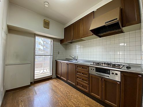 中古マンション-八王子市上柚木3丁目 キッチン脇にバルコニーが有る明るいキッチンです。