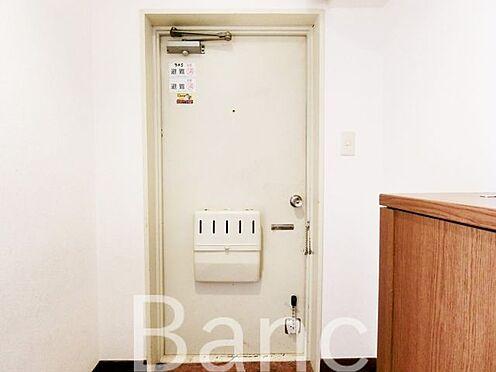 中古マンション-葛飾区東新小岩5丁目 玄関扉です。横にはシューズボックスも。