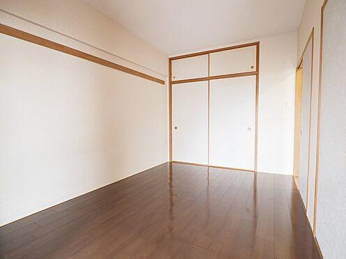 中古マンション-浦安市富士見5丁目 リビングに面した洋室6帖。1間の押し入れ、天袋付き