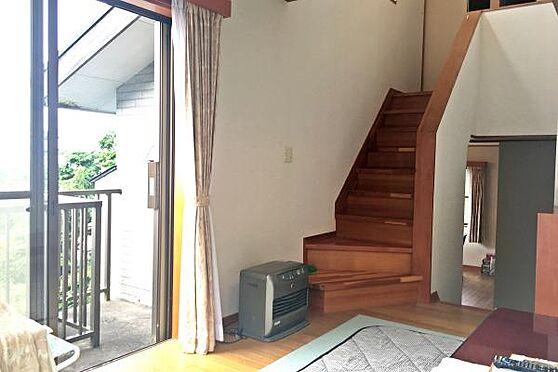 中古一戸建て-伊豆の国市奈古谷 リビングからの写真。階段を登ると和室が2部屋。降りるとダイニングと水周りです。