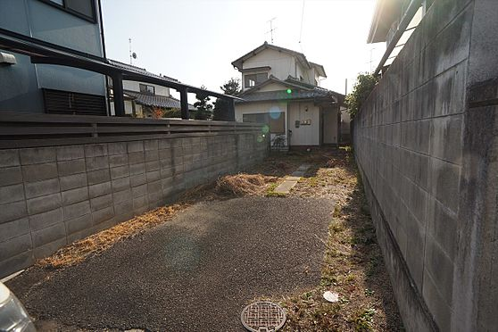 建物全部その他-岡山市中区湊 ◆西側物件の駐車場の写真です♪